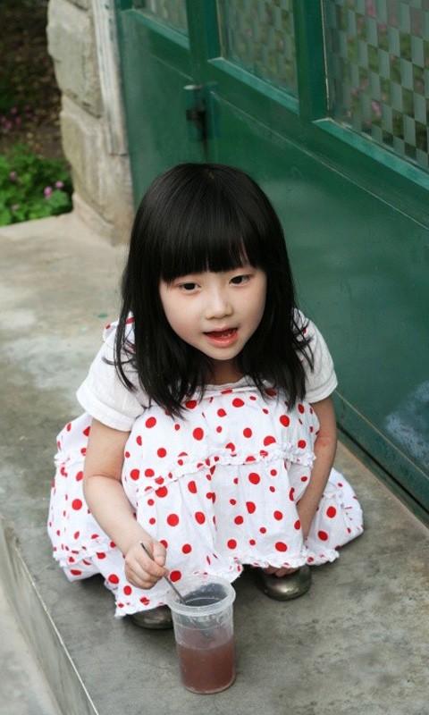 该动态壁纸收集了多张漂亮的可爱小女孩高清壁纸            大家还